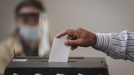 """O pedido pode ser feito por via eletrónica junto do Ministério da Administração Interna no """"site"""" www.votoantecipado.mai.gov.pt ou através de correio normal"""