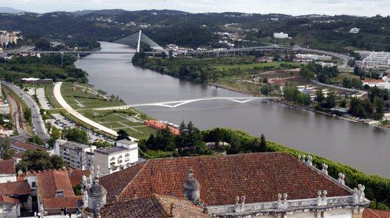 As buscas aquáticas estarão a decorrer numa zona do rio entre a ponte de Casais e o viaduto da A1 — uma extensão de cerca de 300 metros