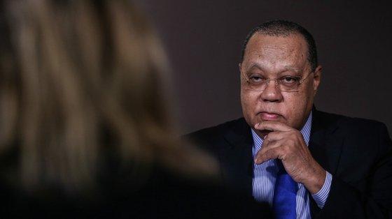 Procurador-Geral da República angolana, Hélder Pitta Grós, assinou acordo com o embaixador suíço em Angola, Nicolas Herbert Lang