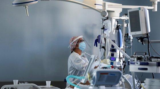 """Isabel Ferreira, enfermeira no serviço de cuidados intensivos Neurocríticos do Hospital de São João, no Porto, 26 de outubro de 2020. As """"doenças de inverno"""" que habitualmente lotam os serviços dos hospitais ainda não chegaram, mas no Centro Hospitalar Universitário de São João há alas esgotadas devido à """"pressão"""" da covid-19, algo que os especialistas veem com """"muita preocupação"""". (ACOMPANHA TEXTO DA LUSA DO DIA 28 DE OUTUBRO DE 2020). ESTELA SILVA/LUSA"""