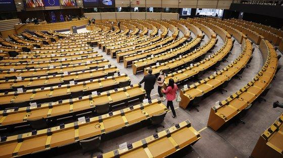 """Os eurodeputados """"lamentam"""" que a Comissão Europeia tenha """"decidido seguir as conclusões não vinculativas"""""""