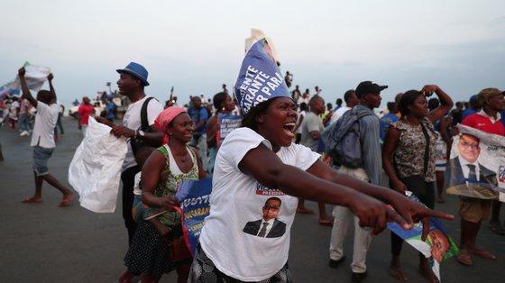 """Manifestantes a erguerem cartazes onde se podia ler frases como """"Respeita a vontade do povo, a constituição e às leis"""" e """"Queremos segunda volta já""""."""
