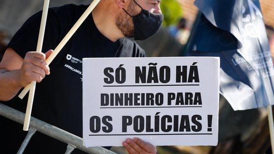 O SPNP-PSP lembra que o prémio de desempenho deverá chegar aos funcionários da PSP não polícias, como juristas, psicólogos, economistas, administrativos da PSP