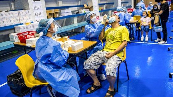 855 pessoas foram colocadas em quarentena por terem percursos idênticos aos primeiros dois seguranças diagnosticados