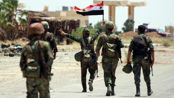 """As tensões atingiram um novo pico e a região assistiu aos """"confrontos mais violentos desde que ficou sob o controlo do regime"""", de acordo o Observatório Sírio de Direitos Humanos"""
