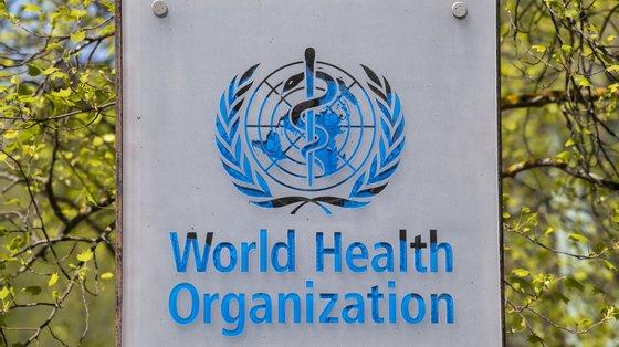 A sida, uma doença infecciosa igualmente pandémica, sem cura, mas tratável, já matou 34,7 milhões de pessoas desde que foi diagnosticada há 40 anos