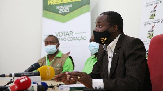 O presidente da Comissão Eleitoral Nacional, Fernando Maquengo de Freitas, fala aos jornalistas durante uma conferência de imprensa com o ponto de situação dos preparativos para as eleições presidenciais no próximo domingo, 18 de julho, em São Tomé e Príncipe, 16 de julho de 2021. NUNO VEIGA/LUSA