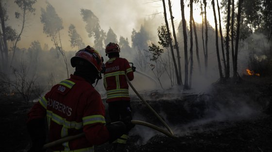 145 operacionais apoiados por 39 viaturas combatiam o incêndio naquela localidade, às 5h30