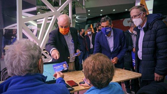 O presidente do PSD, Rui Rio (E), acompanhado pelo candidato do PSD à CM da Guarda, Carlos Chaves Monteiro (C), durante uma ação de campanha para as eleições autárquicas no centro comercial da Guarda, 14 de setembro de 2021. JOSÉ COELHO/LUSA