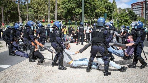 """Ativistas do movimento ambiental Climáximo acusam a PSP de revistas """"abusivas"""""""