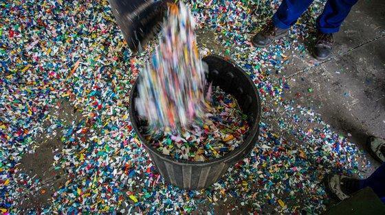 Funcionários na Lixeira do Hulene, em Maputo, tratam o plástico recolhido e entregue por catadoras de plástico, Moçambique, 20 de agosto de 2020. A recolha de plástico em Maputo é um negócio dominado maioritariamente por jovens e mulheres, e tem sido a base de renda de muitas famílias, principalmente das que vivem nos arredores da lixeira. (ACOMPANHA TEXTO DA LUSA DO DIA 26 DE SETEMBRO DE 2020). RICARDO FRANCO/LUSA