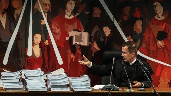 O juiz Ivo Rosa decidiu levar a julgamento o antigo primeiro-ministro José Sócrates e o empresário Carlos Santos Silva por branqueamento de capitais e outros crimes