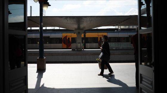 Os cerca de 500 trabalhadores da Ambiente e Jardim têm continuado a desempenhar o serviço de limpeza dos comboios da CP sem receber salário há dois meses