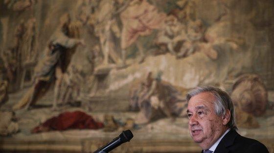 """""""Os países desenvolvidos devem dar provas de uma solidariedade que vá além das meras palavras, através de ações concretas"""", diz Guterres"""