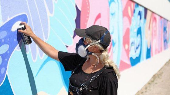 A artista plástica mexicana, Sofia Castellanos, durante a pintura de mural nas paredes do Estádio do Casa Pia Atlético Clube, em Lisboa, 15 de julho de 2021. (ACOMPANHA TEXTO DE 18 DE JULHO DE 2021). ANTÓNIO PEDRO SANTOS/LUSA