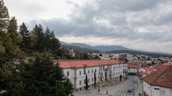 O autor nasceu na aldeia de Melo, no concelho de Gouveia, na Serra da Estrela, no distrito da Guarda, a 28 de janeiro de 1916