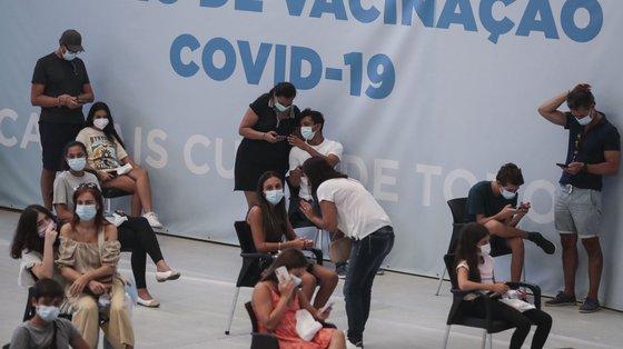 Na sequência da decisão da Direção-Geral de Saúde (DGS) de vacinar universalmente os utentes com idades entre os 12 e 15 anos, esta faixa etária começou a ser vacinada no Centro de Vacinação de Alcabideche, Cascais, 21 de agosto de 2021. TIAGO PETINGA/LUSA