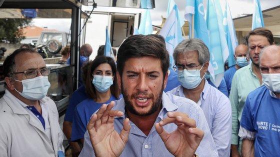 O presidente do CDS-PP, Francisco Rodrigues dos Santos (C), durante uma visita à Feira de Sobreiro no âmbito das Eleições autárquicas 2021, em Bustos, Oliveira do Bairro, 09 de setembro de 2021. JOSÉ COELHO/LUSA