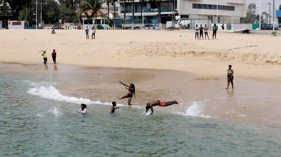 Banhistas regressam às praias no âmbito das medidas de combate à covid-19, Ilha de Luanda, Angola, 15 de setembro de 2021. AMPE ROGÉRIO/LUSA
