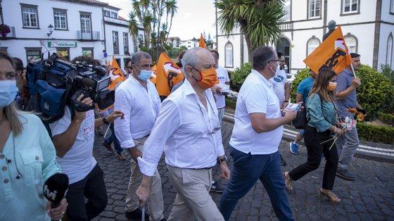 O presidente do Partido Social Democrata (PSD), Rui Rio (C), durante uma ação de campanha de rua na Vila de Nordeste, Ilha de São Miguel, 23 de setembro de 2021. No próximo dia 26 de setembro mais de 9,3 milhões eleitores podem votar nas eleições autárquicas para eleger os seus representantes locais. EDUARDO COSTA/LUSA