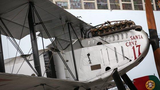 """O """"Santa Cruz"""", modelo (Fairey III), um dos hidroaviões que há quase 100 anos transportaram Sacadura Cabral e Gago Coutinho na primeira Travessia Aérea do Atlântico Sul está exposto no Museu da Marinha, e é o único aparelho original no mundo, em Lisboa, 14 de setembro de 2021. A 30 de março de 1922, Sacadura Cabral e Gago Coutinho iniciarem, em Belém, Lisboa, uma viagem que os levaria a percorrer 4.527 milhas náuticas (8.484 quilómetros), em 62 horas e 26 minutos.(ACOMPANHA TEXTO DA LUSA DO DIA 25 DE SETEMBRO DE 2021). RODRIGO ANTUNES/LUSA"""