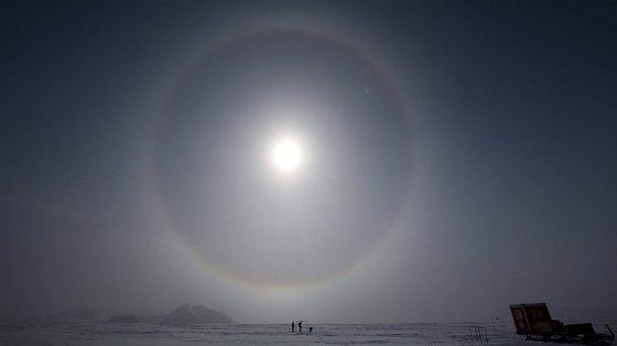 """O buraco na camada de ozono evoluiu normalmente no início do ano, dizem os cientistas, mas """"depois tornou-se um dos maiores"""" nos registos do final do ano"""