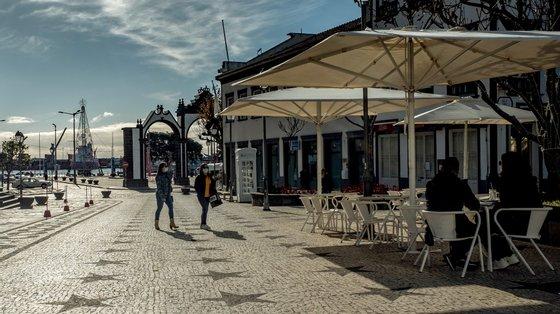 Populares esta manhã no bno centro de Ponta Delgada, na ilha de São Miguel, Açores, 09 de janeiro de 2021. A ilha de São Miguel, tem a partir desta sexta-feira novas medidas de contenção da covid-19, como limitação de ajuntamentos, recolher obrigatório, limitação de horário de restaurantes e lojas, e também encerramento de escolas. (ACOMPANHA TEXTO DA LUSA). EDUARDO COSTA/LUSA