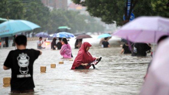 As chuvas mais intensas dos últimos 60 anos na cidade de Zhengzhou transformaram estradas em canais