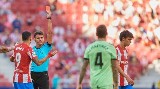 João Félix viu um primeiro amarelo, protestou com Gil Manzano e acabou por ver o vermelho por acumulação