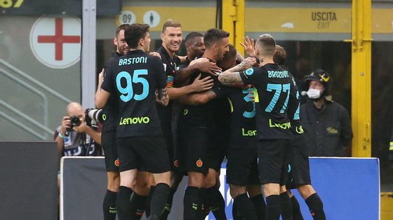 epa09475300 Inter players celebrate their 2-0 lead during the Italian Serie A soccer match between Inter Milan and Bologna FC at Giuseppe Meazza stadium in Milan, Italy, 18 September 2021.  EPA/MATTEO BAZZI