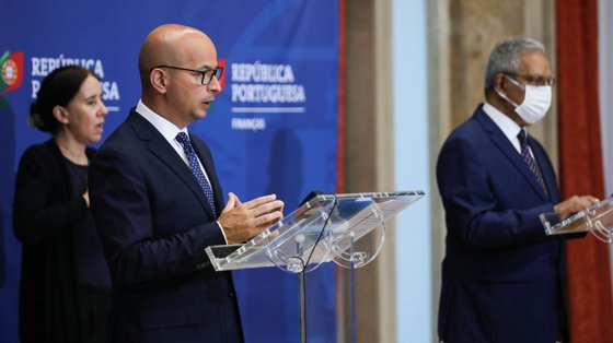 O ministro de Estado e das Finanças, João Leão (E), e o ministro do Planeamento, Nelson de Souza (D), durante a cerimónia de assinatura dos Acordos de Financiamento e de Empréstimo, relativos ao Mecanismo de Recuperação e Resiliência, entre Portugal e a Comissão Europeia, esta tarde no Ministério das Finanças em Lisboa, 26 de julho de 2021.  MIGUEL A. LOPES/LUSA