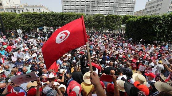 A Tunísia lida com um novo pico da pandemia de Covid-19 e assiste a lutas pelo poder
