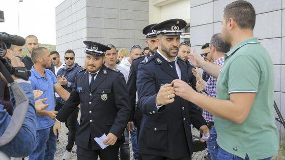 Agentes da esquadra de Alfragide à saída do tribunal de Sintra, em maio de 2019