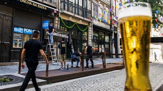 Os bares e outros estabelecimentos de bebidas sem espetáculo e os estabelecimentos de bebidas juntam-se assim aos que funcionam a partir de domingo