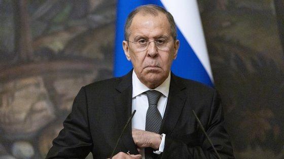 Sergey Lavrov acrescenta que Moscovo está a tentar persuadir o Paquistão, os EUA e a China para iniciar as negociações com os talibãs