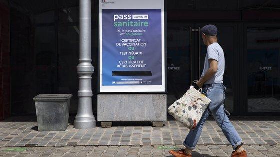 A mulher, que estava empregada num centro de vacinação de Saint-Denis, beneficiou da venda dos certificados falsificados por 200 euros cada