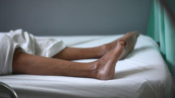 Algumas pessoas ficam paralisadas devido à síndrome Guillain-Barré e o tempo de recuperação pode ser longo