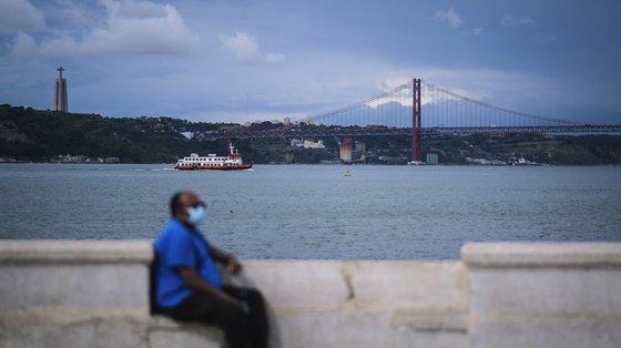 Um cacilheiro atravessa o rio Tejo, em Lisboa, em Lisboa, 18 de junho de 2021. O Governo decidiu proibir as deslocações de e para a Área Metropolitana de Lisboa (AML) no fim de semana devido à subida dos casos de covid-19 neste território. MÁRIO CRUZ/LUSA