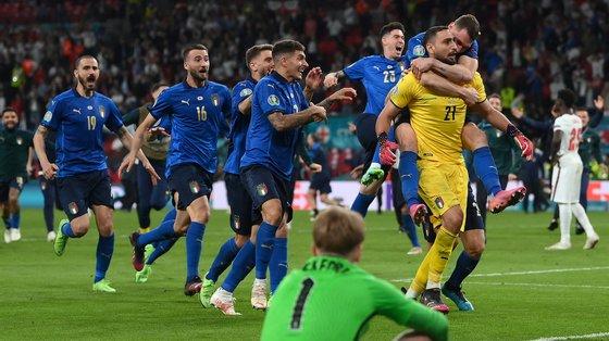 A Itália conquistou o seu segundo título de campeã europeia de futebol, 53 anos depois, sucedendo a Portugal, ao bater a anfitriã Inglaterra por 3-2, no desempate por grandes penalidades.