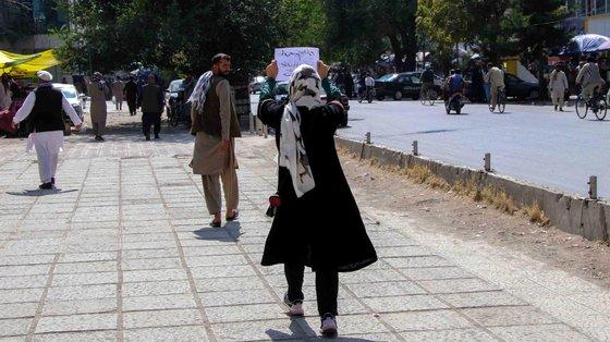 Até agora, os talibãs permitiam que as meninas do primeiro ao sexto ano frequentassem as aulas