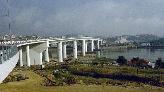 A Infraestruturas de Portugal (IP) deu início à colocação de painéis de rede para as proteções laterais da travessia sobre o Rio Douro