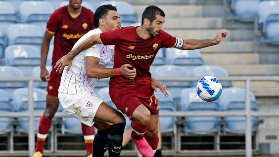 O jogador do Sevilha, Karim Rekik (E), em ação contra o jogador do Roma, Henrikh Mkhitaryan, durante o jogo particular realizado no Estádio Algarve, em Faro, 31 de julho de 2021. RICARDO NASCIMENTO/LUSA