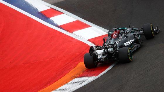 Lewis Hamilton não arrancou bem, teve algumas voltas difíceis no início, acertou no tempo da paragem e beneficiou da chuva no final para chegar à vitória
