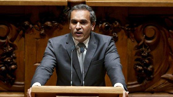 Carlos Pereira, vice-presidente da bancada socialista, apontou como exemplos programas do Governo como o Plano Nacional de Habitação e a Estratégia Nacional de Combate à pobreza