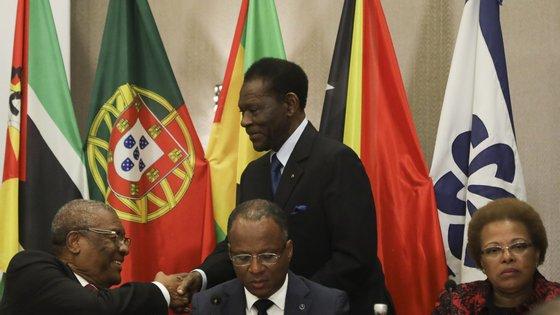 Guiné Equatorial, presidida por Teodoro Mbasogo (em cima, de pé) acredita poder suceder a Angola, que assume a presidência rotativa da organização a partir de sábado