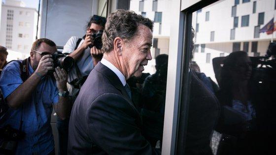 Manuel Pinho  a entrar no Departamento Central de Investigação e Ação Penal em setembro de 2019, aquando da sua terceira tentativa de interrogatório / JOÃO PORFÍRIO/OBSERVADOR
