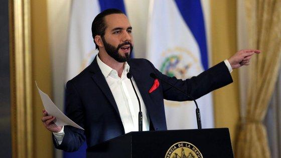 """O Presidente de El Salvador utilizou a rede social Twittter para responder às alegações de que seria """"um ditador"""""""