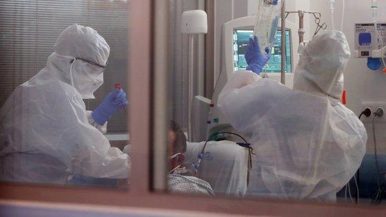 """CONJUNTO DE 20 FOTOGRAFIAS: 19-20: Enfermeiras tratam de um paciente com covid-19, na Unidade de Cuidados Intensivos (UCI) para doentes com covid-19 no Hospital do Espírito Santo, em Évora, 23 de abril de 2020. Na região de Portugal Continental com o menor número de casos confirmados de covid-19, os atuais internados com a doença no hospital de Évora """"contam-se pelos dedos de uma mão"""", mas a unidade hospitalar está preparada para um cenário pior. (ACOMPANHA TEXTO DO DIA 26 DE ABRIL DE 2020). NUNO VEIGA/LUSA"""
