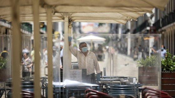 Esplanada encerrada na Rua Augusta no primeiro dia após o alívio das medidas de emergência devido à situação epidemiológica da covid-19 decretadas pelo Governo no dia 15, em Lisboa, 18 de maio de 2020. JOSÉ SENA GOULÃO /LUSA