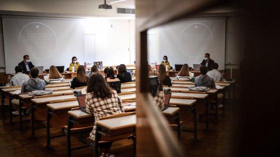 A quebra deve-se sobretudo ao abandono dos estudantes universitários, tanto no ensino público como no privado